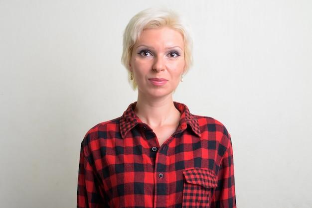 흰색 배경에 짧은 머리를 가진 아름 다운 금발 hipster 여자의 스튜디오 샷