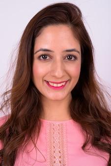 白い背景にウェーブのかかった髪を持つ美しいインドの女性のスタジオショット