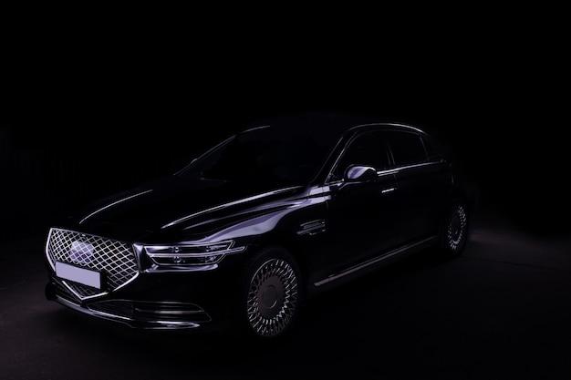 블랙에 고립 된 블랙 럭셔리 자동차의 스튜디오 샷