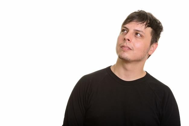 Студийный снимок кавказского человека, думающего, изолированного на белом