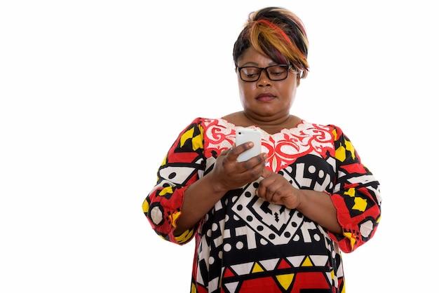 携帯電話を使用して太った黒人女性のスタジオショット