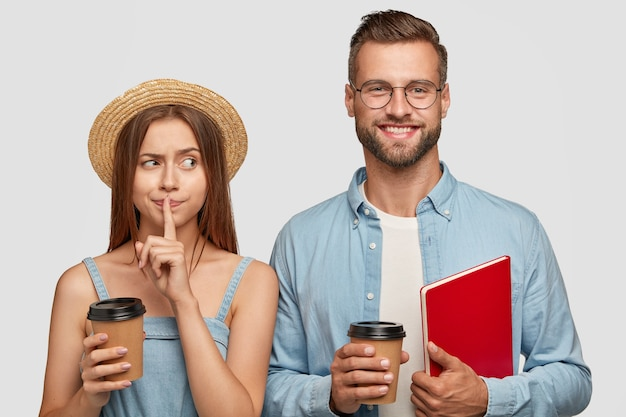 Студийный снимок одноклассников после занятий перерыв на кофе, что-то обсудить