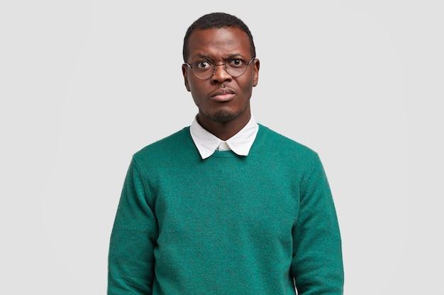 Студийный снимок красивого темнокожего мужчины недовольно хмурится, ему не нравится идея для работы над проектом