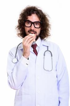 笑顔でサンドイッチを食べて幸せな男医師のスタジオ撮影