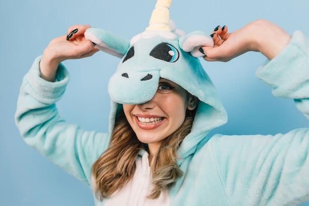 영감을받은 여성의 스튜디오 샷이 유니콘 키 구루미를 입는다.