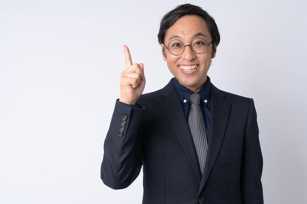 白い背景にスーツを着ている日本のビジネスマンのスタジオショット
