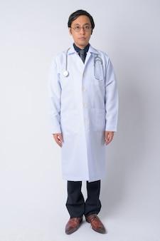 白い背景の日本人男性医師のスタジオショット