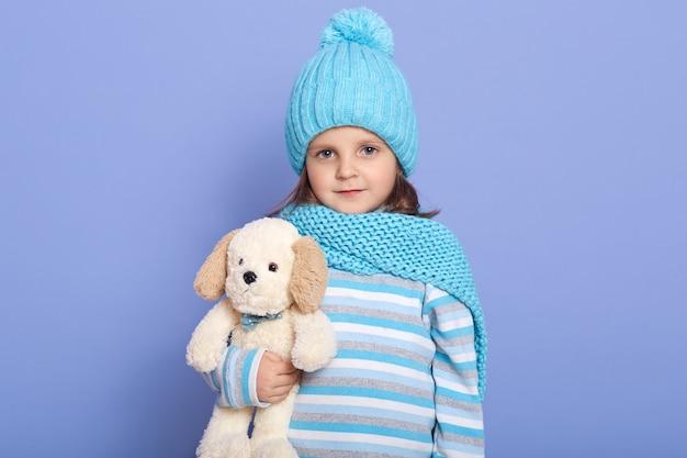 Студия выстрел маленькая девочка с ее мягкой собакой игрушкой в руках