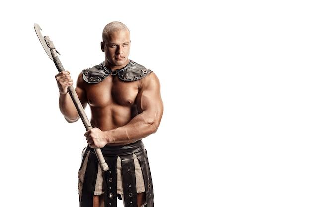 Студия выстрел мускулистого человека древнего воина, позирующего с топором. изолированные на белом. копировать пространство