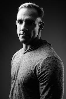 黒と白の筋肉質の男のスタジオショット