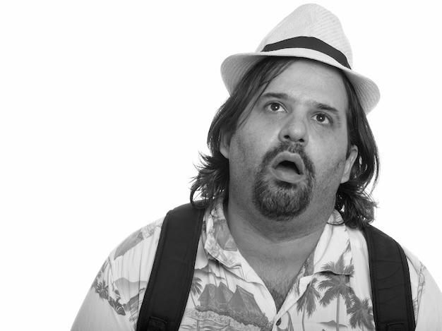 黒と白の白い背景に対して分離された休暇の準備ができて太りすぎのひげを生やした観光客の男のスタジオショット