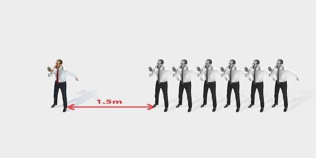 Студийный снимок людей, демонстрирующих социальное дистанцирование со стрелками, указывающими на разделение