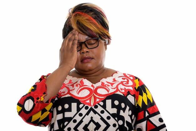 Студийный снимок подчеркнутой женщины с головной болью