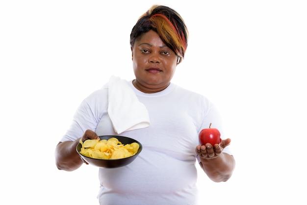Студийный снимок женщины, держащей миску картофеля