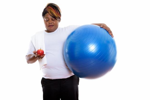 エクササイズボールを持っている女性のスタジオショット