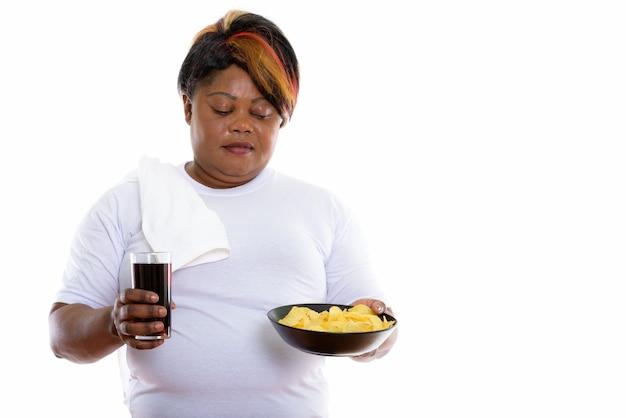 Студийный снимок женщины, держащей стакан содовой