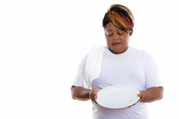 Студийный снимок женщины, держащей тарелки