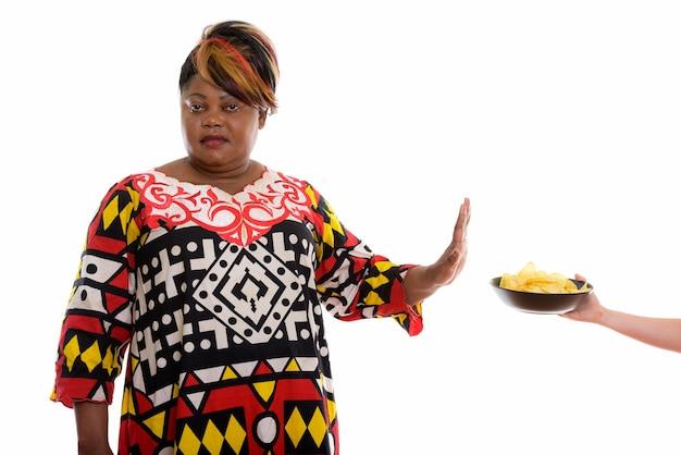 Студийный снимок женщины, отвергающей миску картофеля