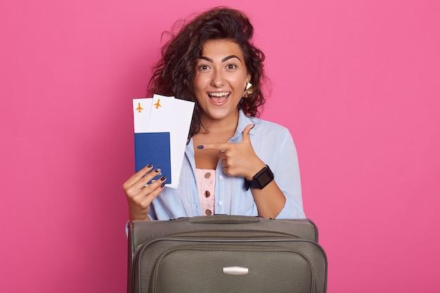スーツケースを持つ女性のスタジオ撮影