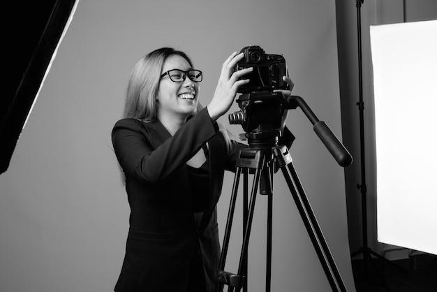 흑인과 백인 회색 벽에 젊은 아시아 사업가의 스튜디오 샷