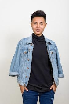 흰색 배경에 짧은 머리를 가진 젊은 아시아 레즈비언 여자의 스튜디오 샷