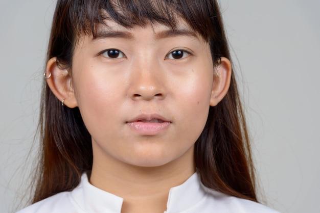 Студия выстрел молодой азиатской женщины на белом фоне