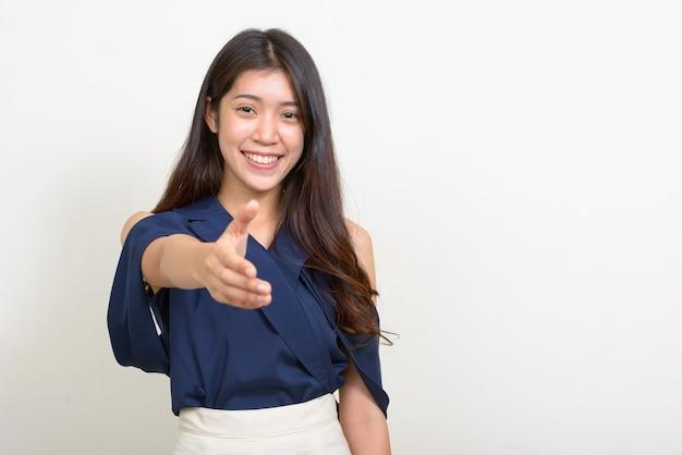 흰색 배경에 대해 젊은 아름다운 아시아 사업가의 스튜디오 샷