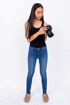 Студия выстрел молодой красивой азиатской женщины на белом фоне