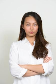 白い背景の若い美しい韓国の実業家のスタジオショット