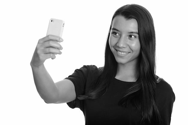 Студийный снимок молодой красивой женщины, изолированной на белом фоне в черно-белом
