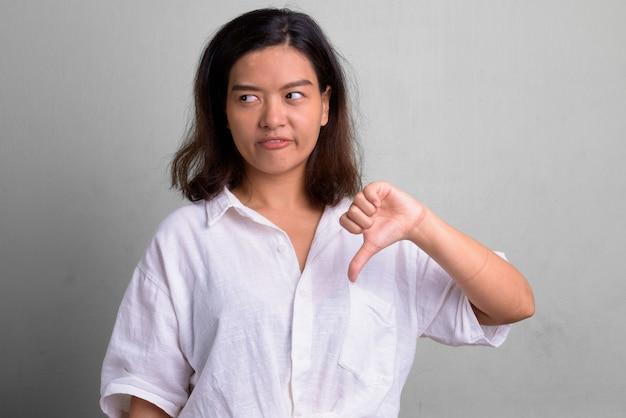 Студийный снимок молодой красивой женщины с короткими волосами на белом