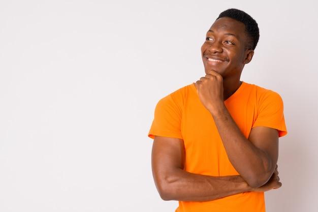 흰색 배경에 대해 아프로 머리를 가진 젊은 잘 생긴 아프리카 남자의 스튜디오 샷