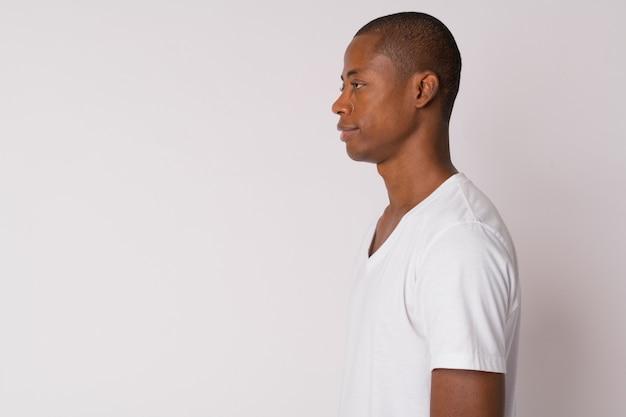 Студийный снимок молодого красивого лысого африканца на белом фоне