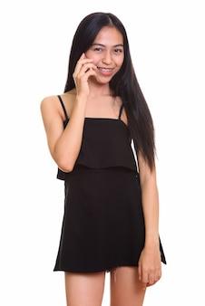 話しながら笑っている若い幸せなアジアの10代の少女のスタジオショット