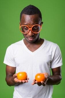Студийный снимок молодого человека против зеленого