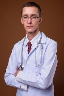 茶色の若い男医師のスタジオ撮影