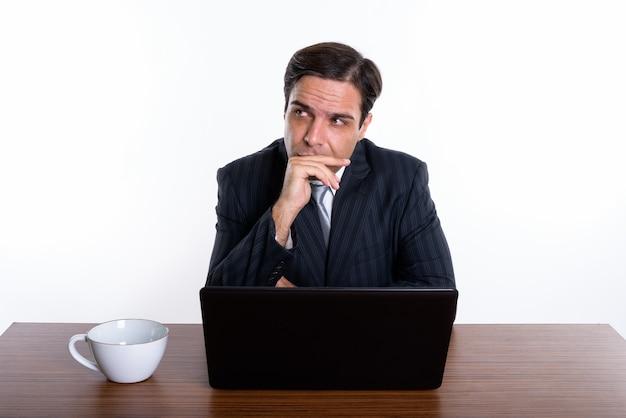 ノートパソコンで考えてペルシャの若手実業家のスタジオ撮影