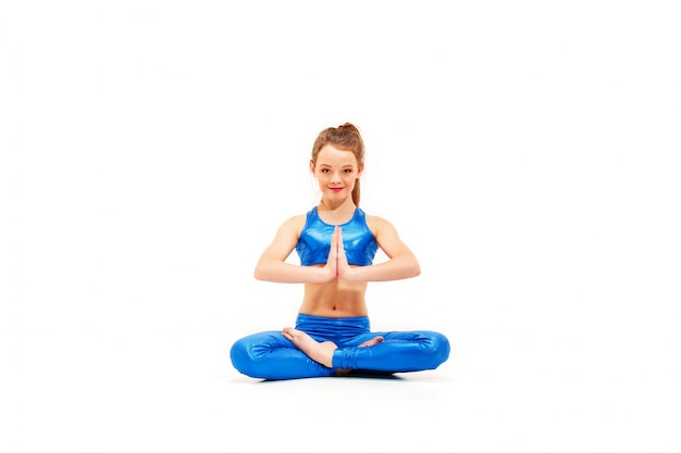 Lo studio ha sparato di una ragazza adatta dei giovani che fa gli esercizi di yoga