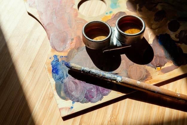 絵画用の小道具を備えたスタジオ