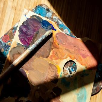 Studio con oggetti di scena per la pittura