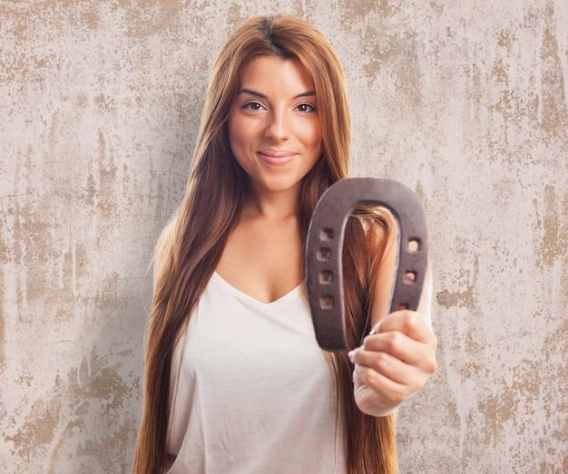 スタジオの女性の笑顔の靴のブルネット
