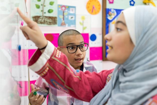 教室でwhitebpardの数学の質問を議論するスタッドネット