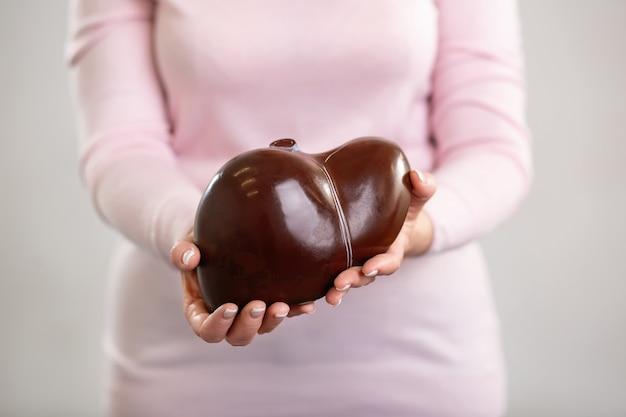 教材。あなたにそれを見せながらプロの教師の手にある人間の肝臓モデル