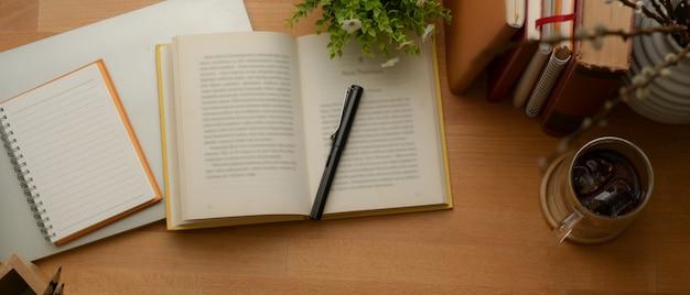 책, 문구 용품, 나무 테이블에 노트북, 커피 컵 및 장식을 모의 연구 테이블