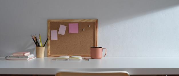 コピースペース、文房具、メモリボード、学校の要素を備えた学習テーブル