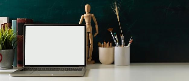 Рабочий стол с инструментами для рисования ноутбука, канцелярскими украшениями