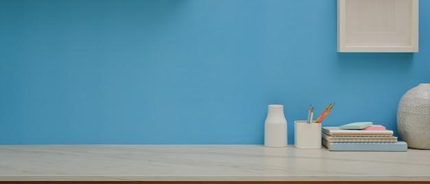 Рабочий стол с канцелярскими принадлежностями, украшениями и копией пространства в домашнем офисе
