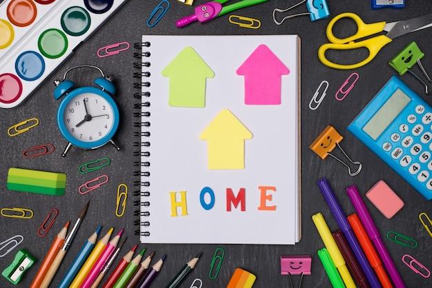 自宅で勉強するコンセプト。黒板に分離されたノートブックと文房具の俯瞰写真の上の上