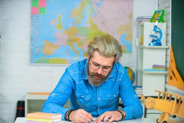 キャンパスで高校の先生が学校に戻って家庭教師をして幸せな時間を過ごすために勉強しています