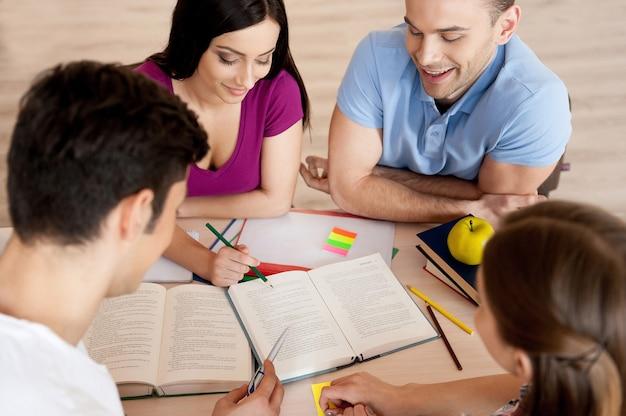 勉強は楽しいです。一緒に机に座って勉強している4人の自信を持って学生の上面図